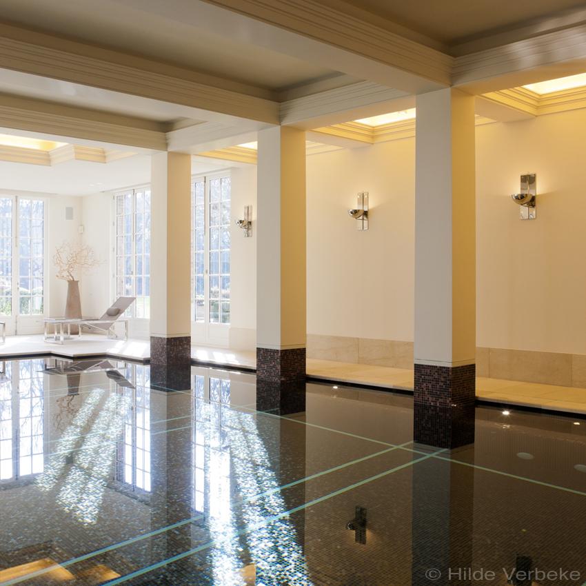 licht en ruimte dankzij de witte pilaren en plafondbalken