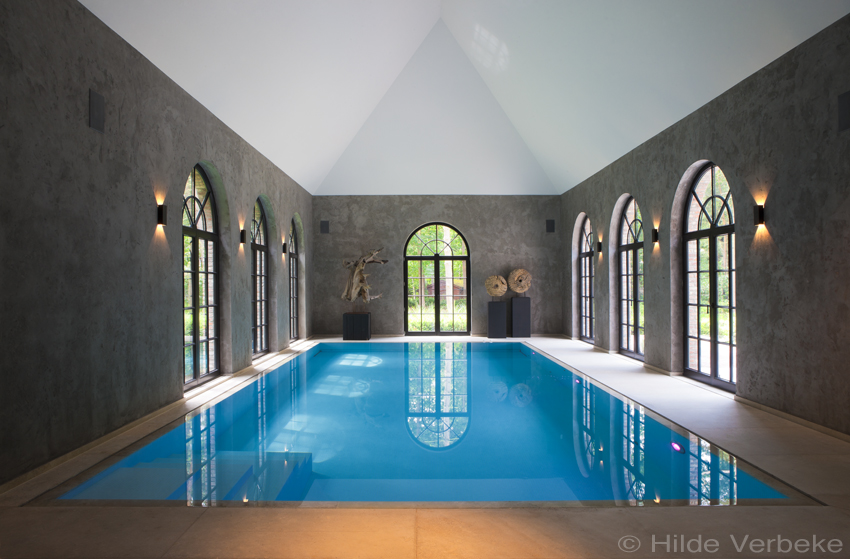 Ruim binnenzwembad met veel lichtinval