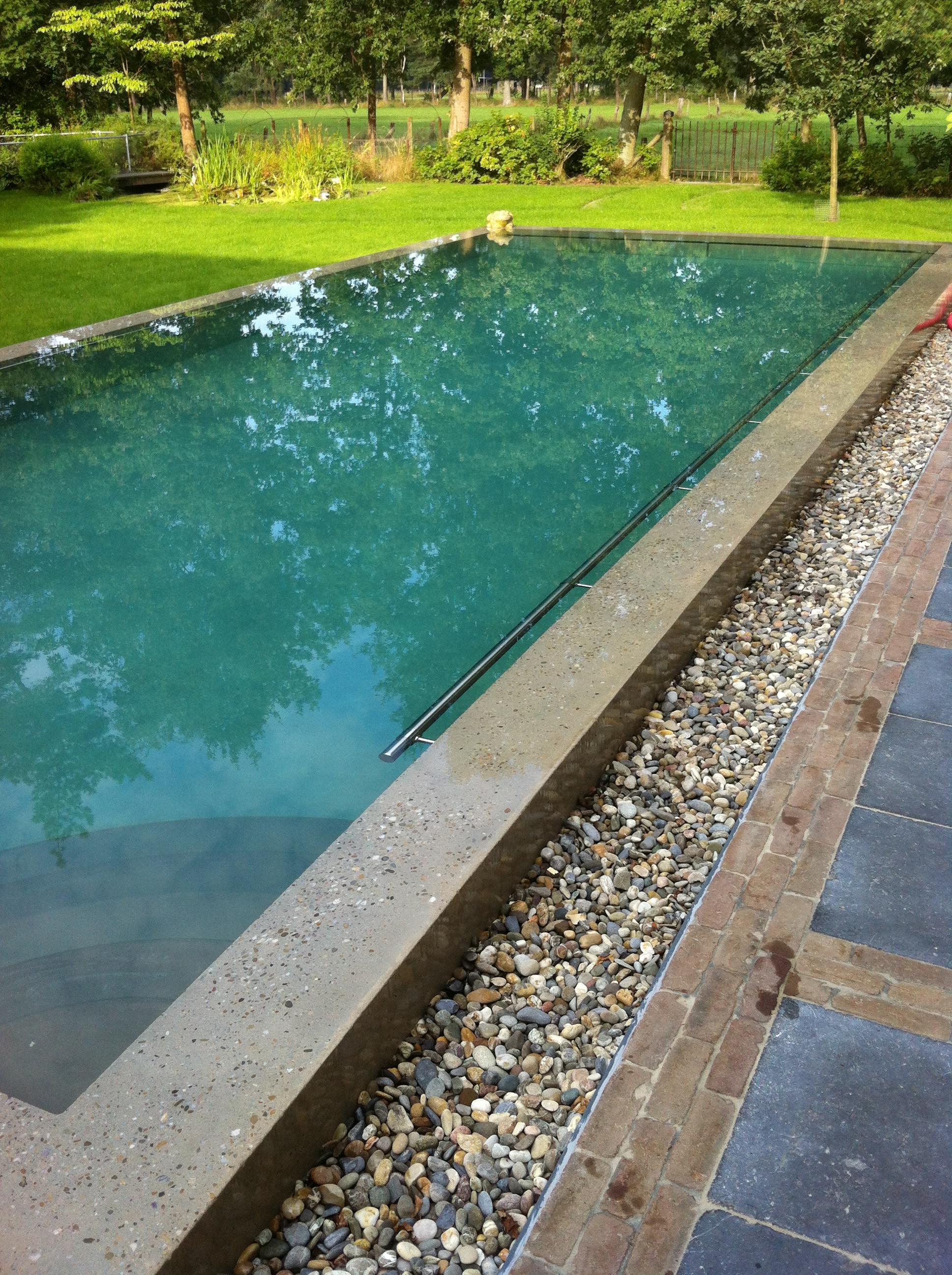 Zwembad in zichtbeton