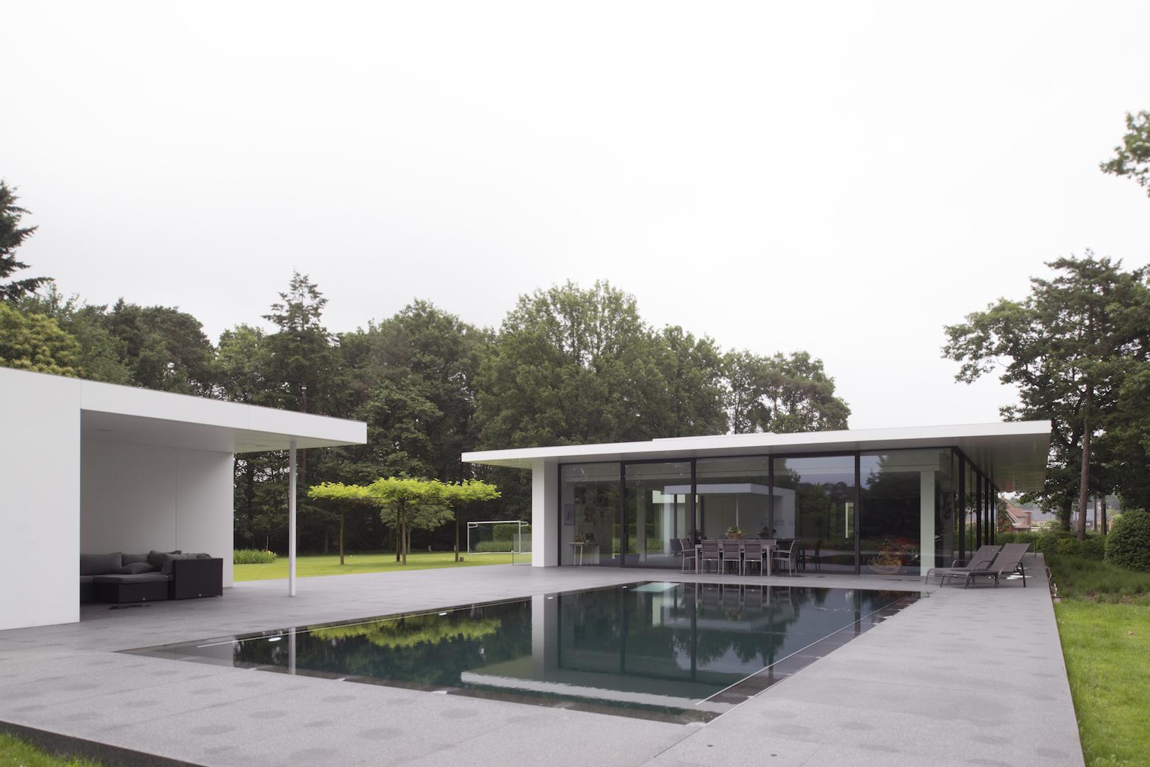 Overloopzwembad bij moderne nieuwbouw villa.