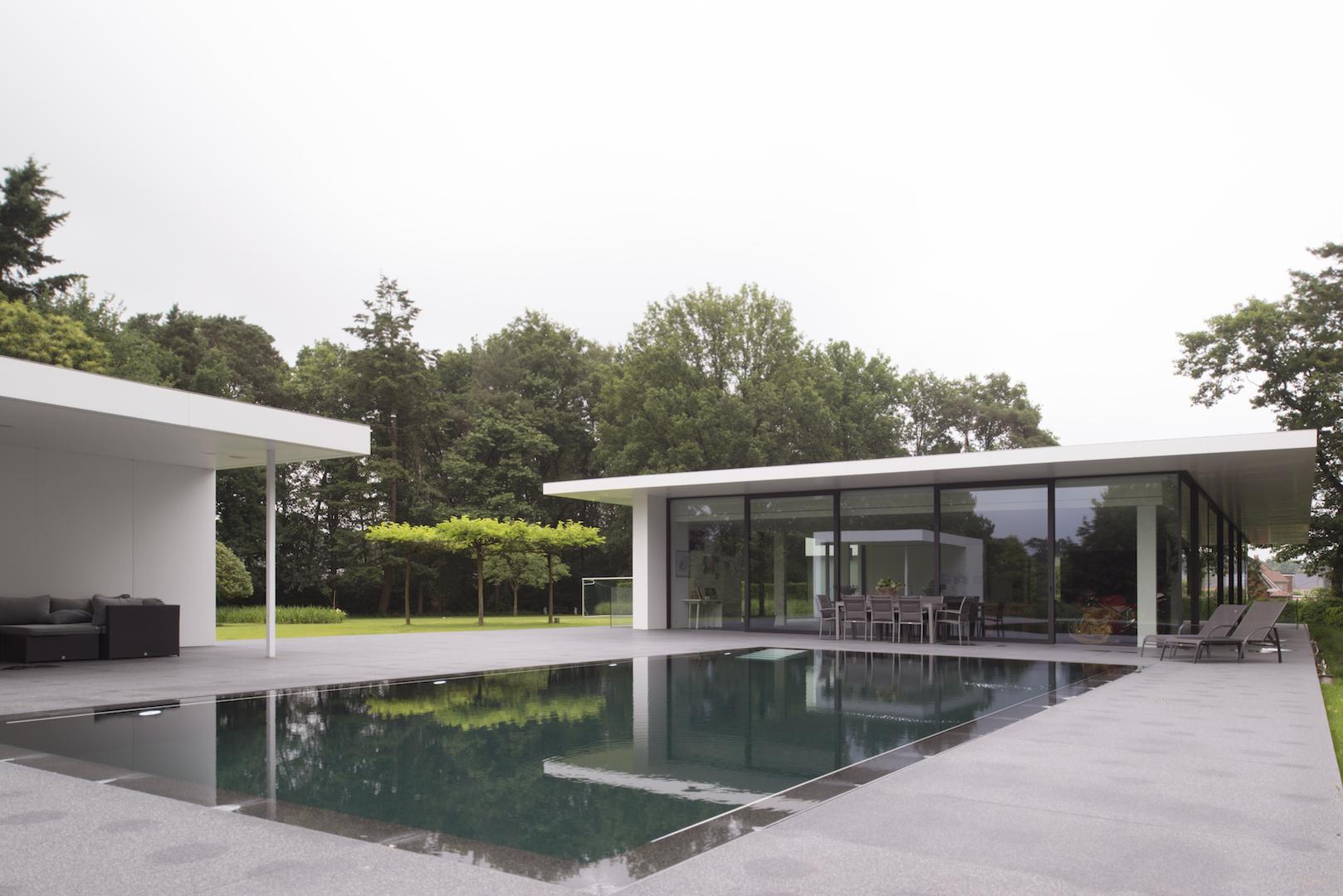 Ook vanuit de leefruimte is er een prachtig zicht op het zwembad.