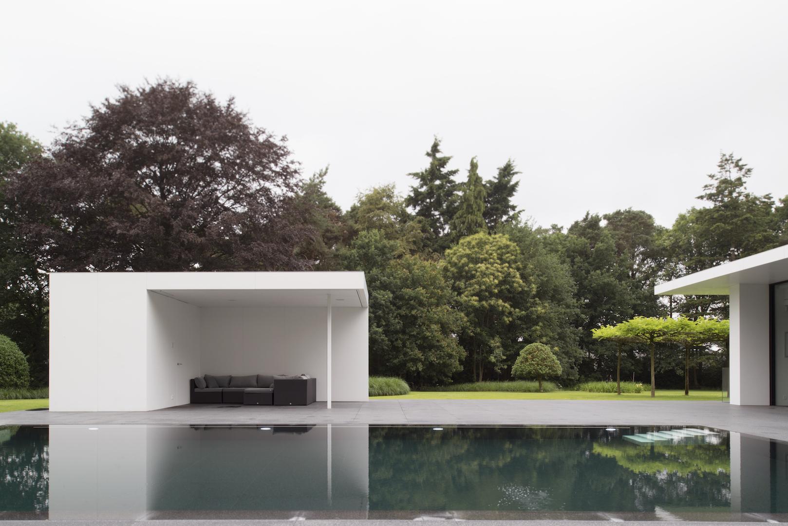 Prachtige zicht op de tuin en poolhouse met schaduwafdak.