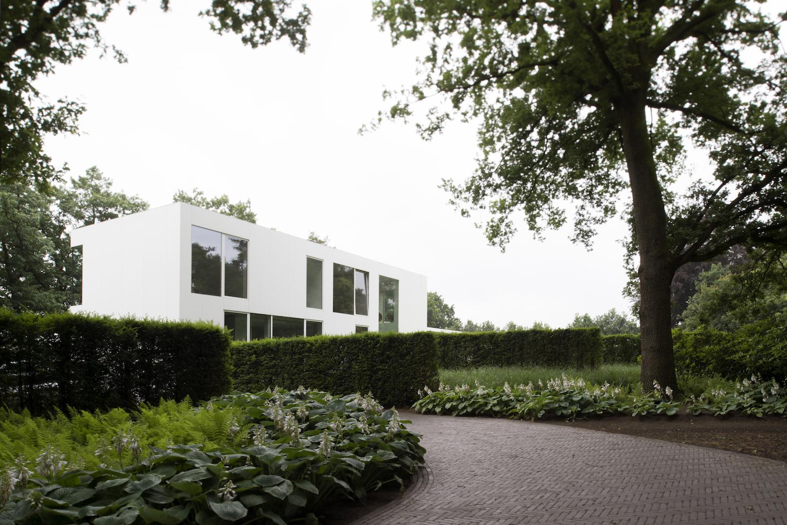 Prachtige moderne villa mooi ingewerkt in groene omgeving.