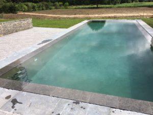 Spiegelzwembad in zichtbeton