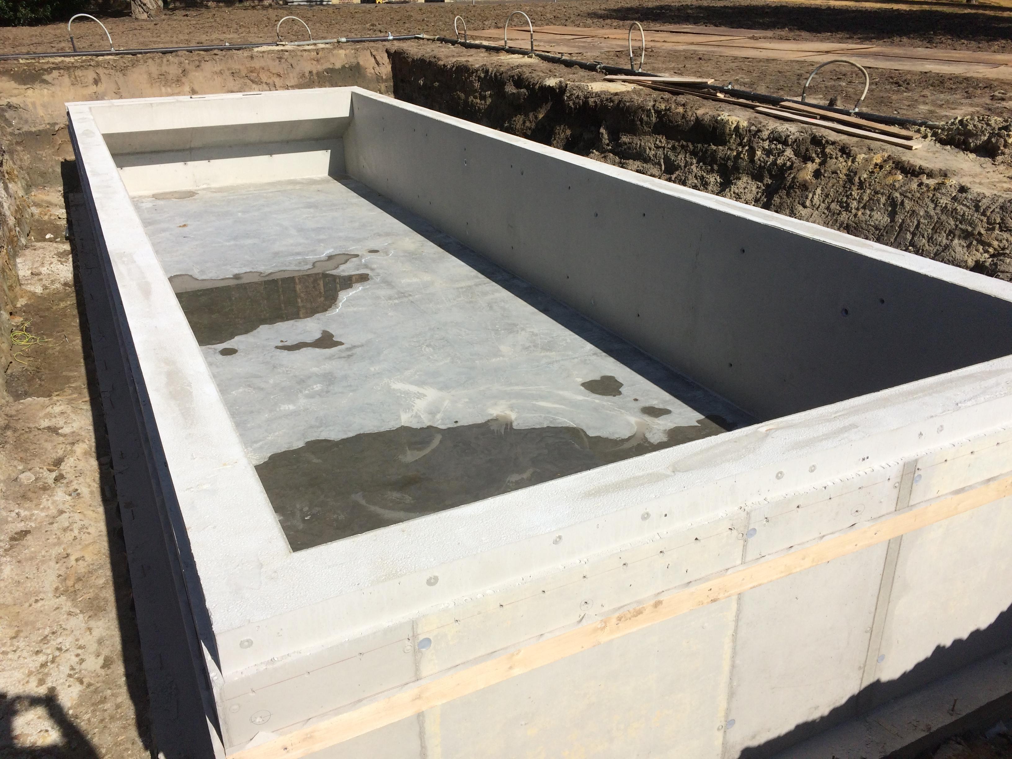 De basis van het zwembad bij het begin van de aanleg.