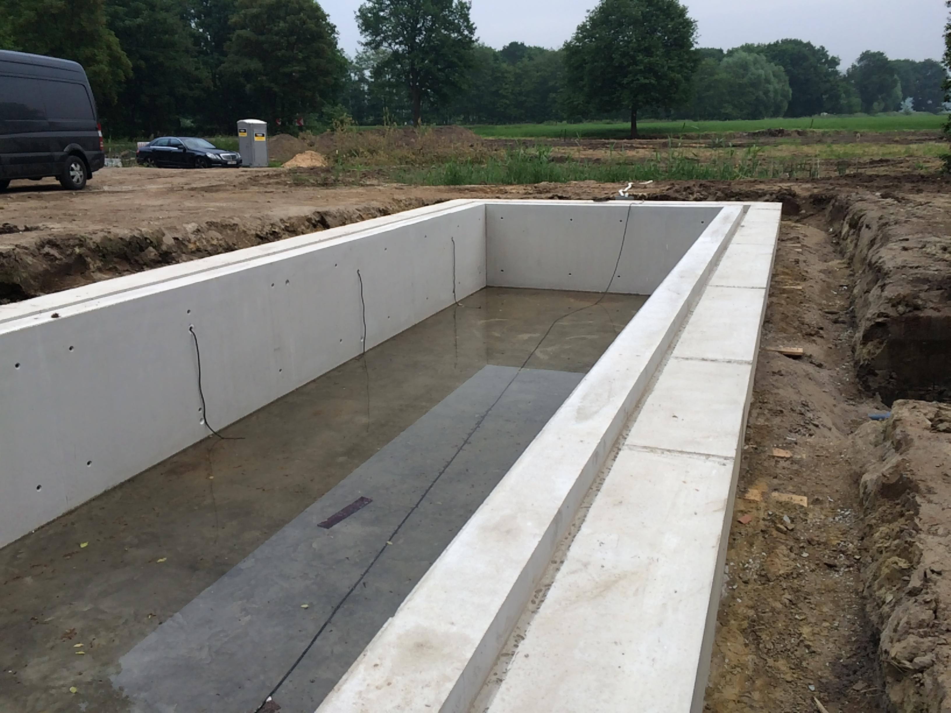 Afgewerkte badkuip uit gewapend beton.