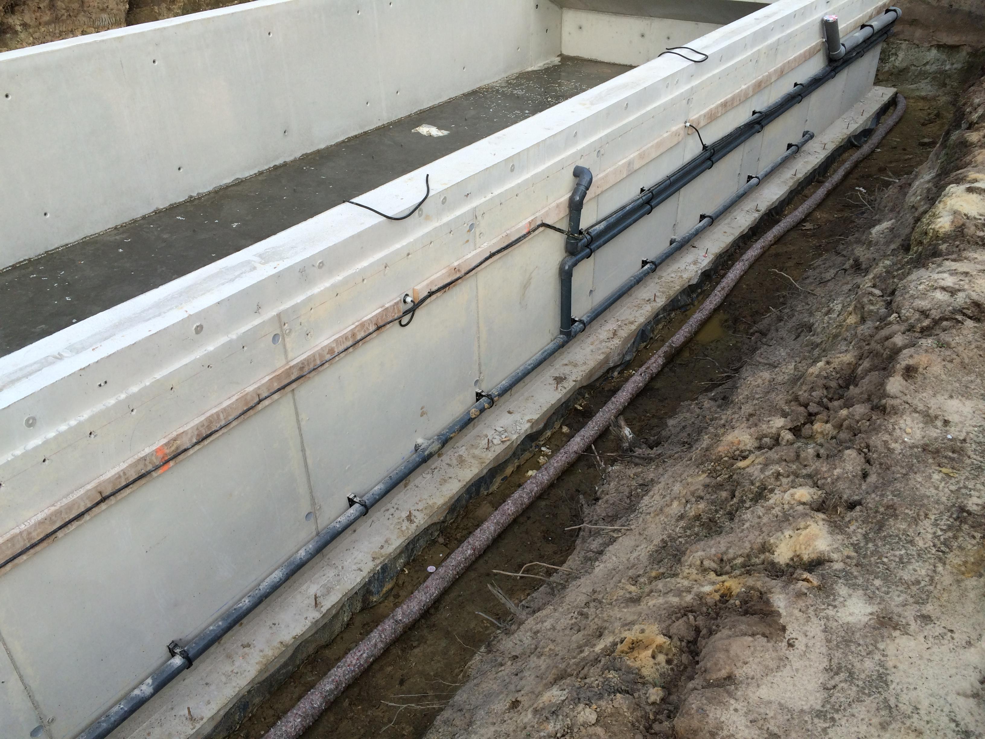 Alle voorzieningen langs de buitenkant van de betonnen badkuip.