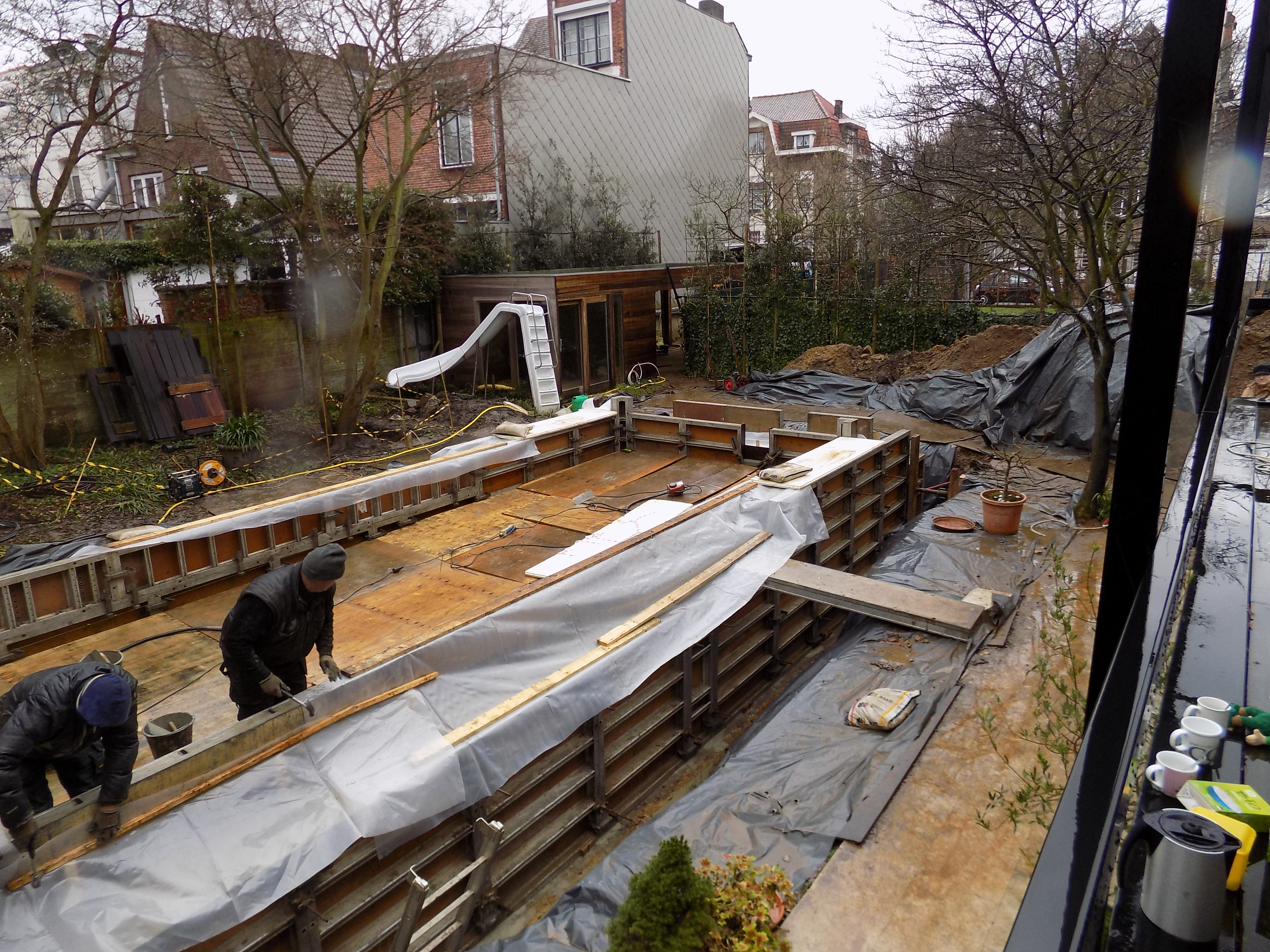 Klaarmaken betonbekisting voor het nieuwe te gieten zwembad